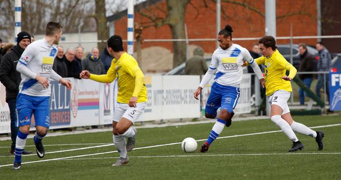 Lionel Fitsch, hier aan de bal tegen FC Lisse, is aan zijn laatste maanden bezig bij Hoek.