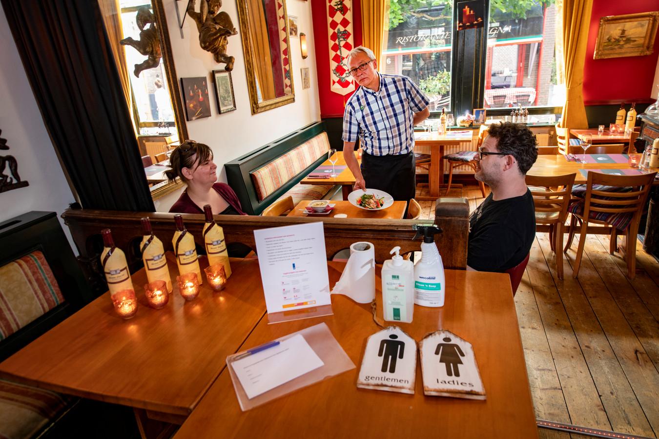Kees Roos in zijn restaurant Don Quichotte aan de Van Kinsbergenstraat.