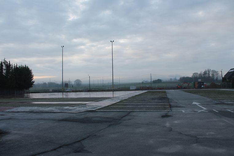 De parking biedt plaats voor meer dan 100 auto's.
