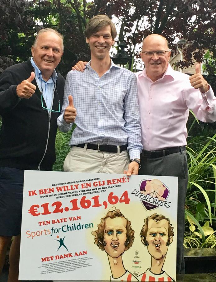 Willy (l) en René van der Kerkhof maken het bedrag bekend. In het midden voorzitter Jan-Willem Geurts van Stichting Sports For Children.