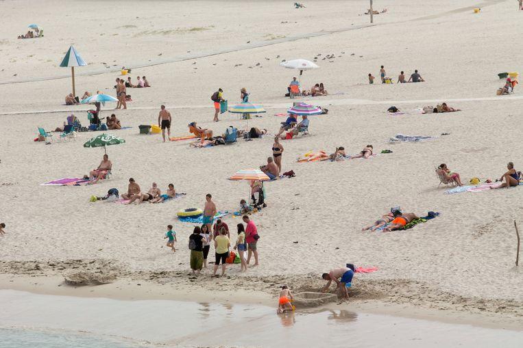 Spanjaarden op het strand van Rapadoira de Foz.  Beeld AP