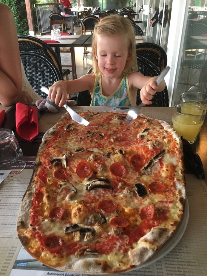 Een heerlijke pizza, alleen voor Merle? Nee hoor, opa en oma eten ook mee