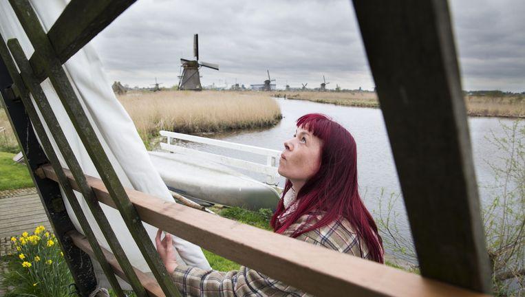 Anja Noorlander, de eerste vrouwelijke molenaar van Nederland in en rond haar molen in Kinderdijk. De negentien Kinderdijkse molens staan al sinds 1997 op de werelderfgoedlijst van Unesco. Nederland nomineert nu ook het vak molenaar voor een plek op een Unesco-lijst. Beeld Arie Kievit
