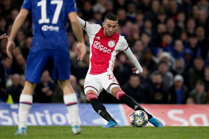 Hakim Ziyech namens Ajax in actie tegen zijn toekomstige club Chelsea, maar wanneer maakt hij de overstap naar Londen?