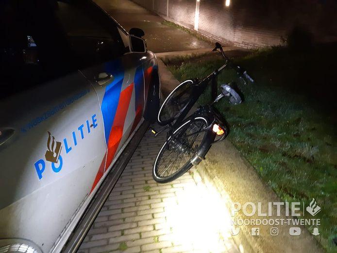 Een fietser zonder fietsverlichting is in de nacht van zaterdag op zondag op de vlucht geslagen voor de politie.