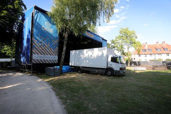 Het grote podium voor het festival wordt opgebouwd.