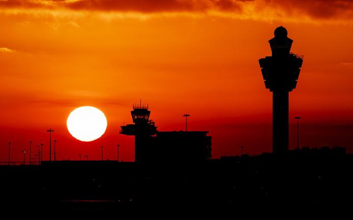 Zonsondergang op luchthaven Schiphol.