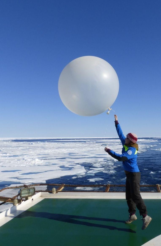 Jorien Vonk laat een weerballon op die temperatuur, luchtvochtigheid en windsnelheid meet. Beeld Matthew Shupe