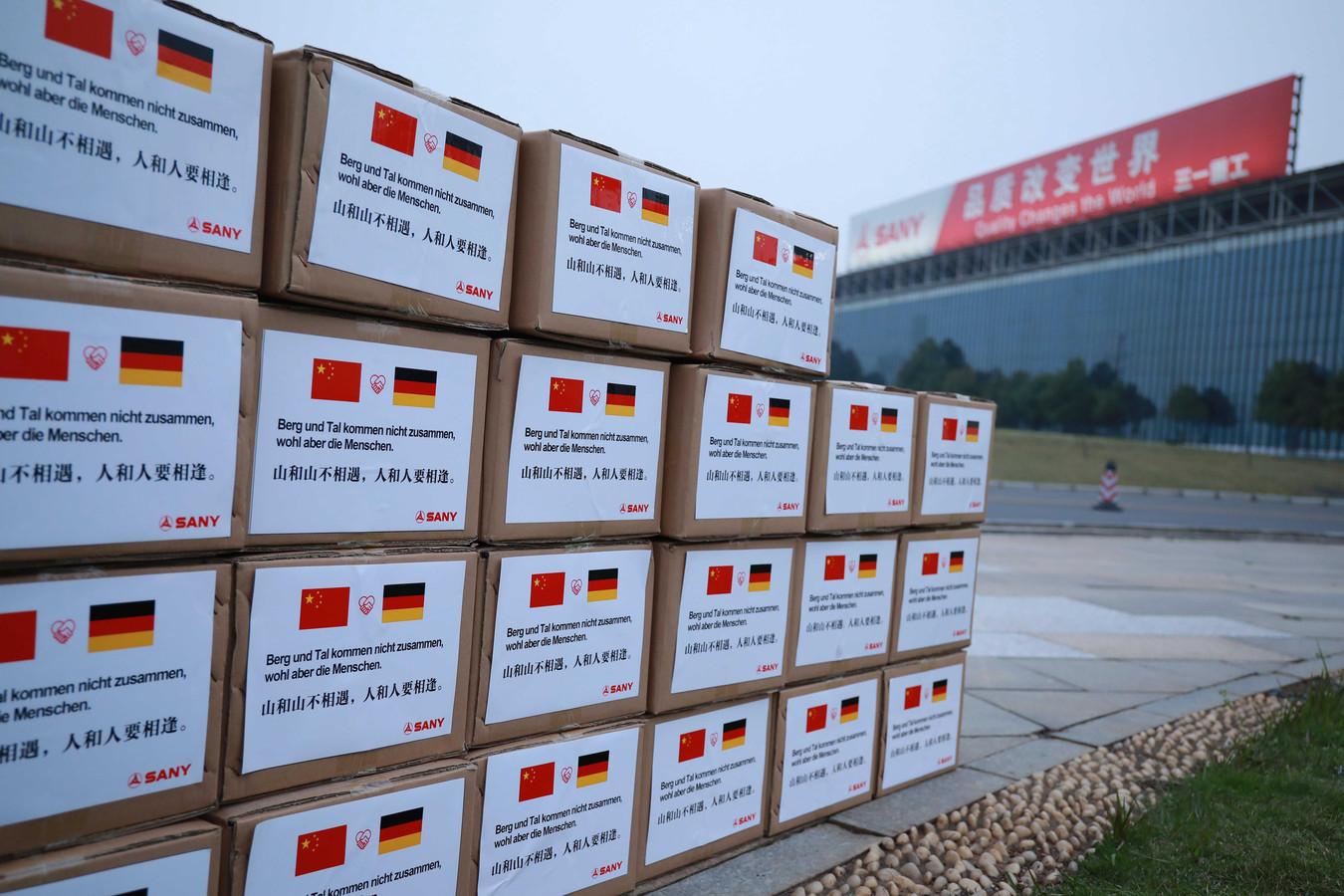 De nombreux masques sont exportés, certains sont offerts à l'Europe par des géants chinois