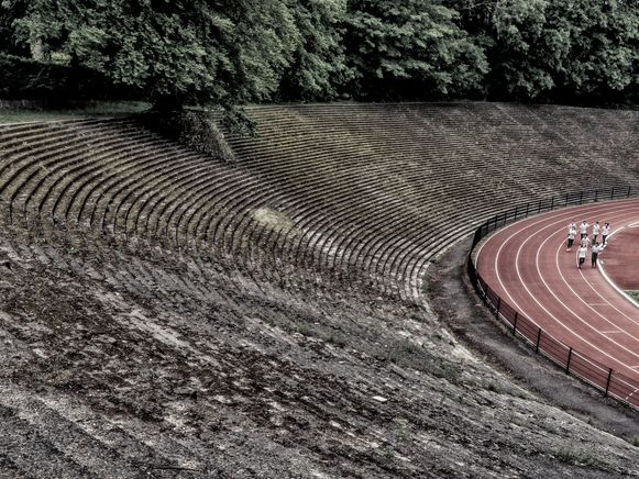 Drie Lindenstadion Watermaal-Bosvoorde - Letterlijk een verborgen parel in de groene Brusselse rand. Zelf ontdekte ik het in 1996 toen ik mijn eerste stadionboek 'vergeten arena's' uitbracht en voor VTM destijds een reportagereeks maakte over verborgen parels in Brussel. Het ligt in een fraaie tuinwijk en iewat weggemoffeld achter opgeschoten struikgewas. Ik verbaas er mij nog bijna dagelijks over hoeveel mensen dit niet kennen. Strikt genomen kan dit stadion nog altijd 40.000 toeschouwers herbergen, al zouden de veiligheidsvoorschriften van vandaag dat niet meer toelaten. Het was de voormalige thuisbasis van Racing Brussel, één van de mede-oprichters van de KBVB. Ik ben bijzonder verheugd dat deze voetbaltempel, die momenteel als thuishaven voor een plaatseliijke voetbal-en rugbyclub fungeert, een beschermd monument is geworden. Dat mag wat mij betreft met veel meer stadions gebeuren.