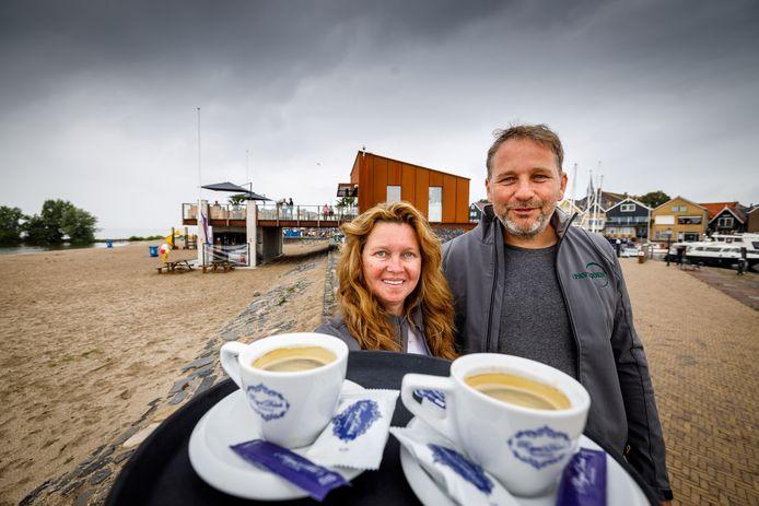 Ronnie en Jankelina Hoefnagel zijn de uitbaters van het nieuwe strandpaviljoen op Urk.
