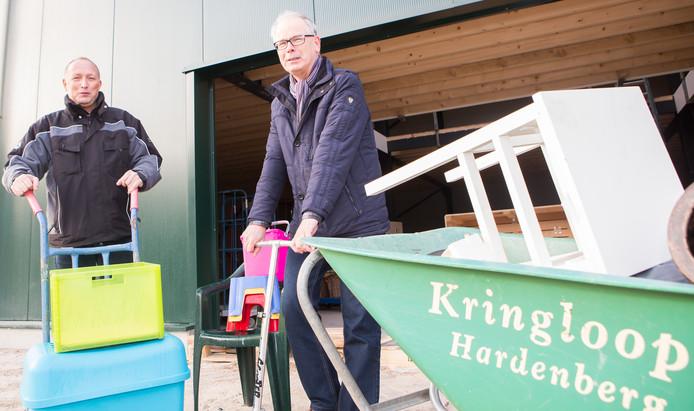 Bedrijfsleider Bert Schreurs (l) en penningmeester Marinus Kremer van Kringloop Hardenberg.