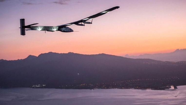 De Solar Impuls bij Hawaii, op zijn tocht rond de wereld. Beeld Epa