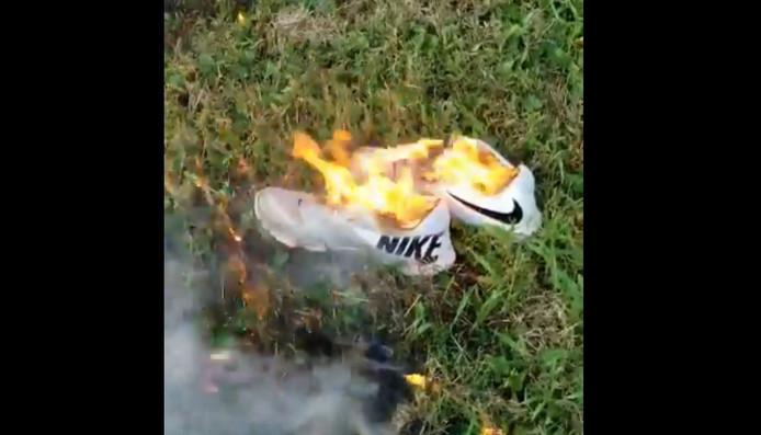 In protest tegen de nieuwe Nike-campagne vernielen Amerikanen hun spullen van het merk.