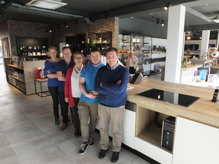 Geert Schobben en zijn teamleden Jeroen, Siska, Joon en Hilde in de nieuwe belevingswinkel op de Markt.