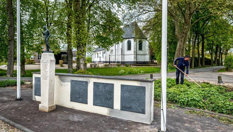 Op het oorlogsmonument in Enspijk kwam negen jaar geleden de naam van een SS'er terecht. Beeld Raymond Rutting