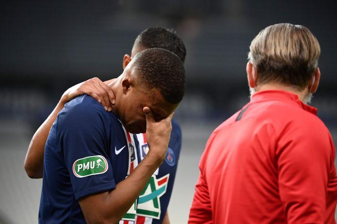 Kylian Mbappé verlaat in tranen het veld na de charge van Loic Perrin.