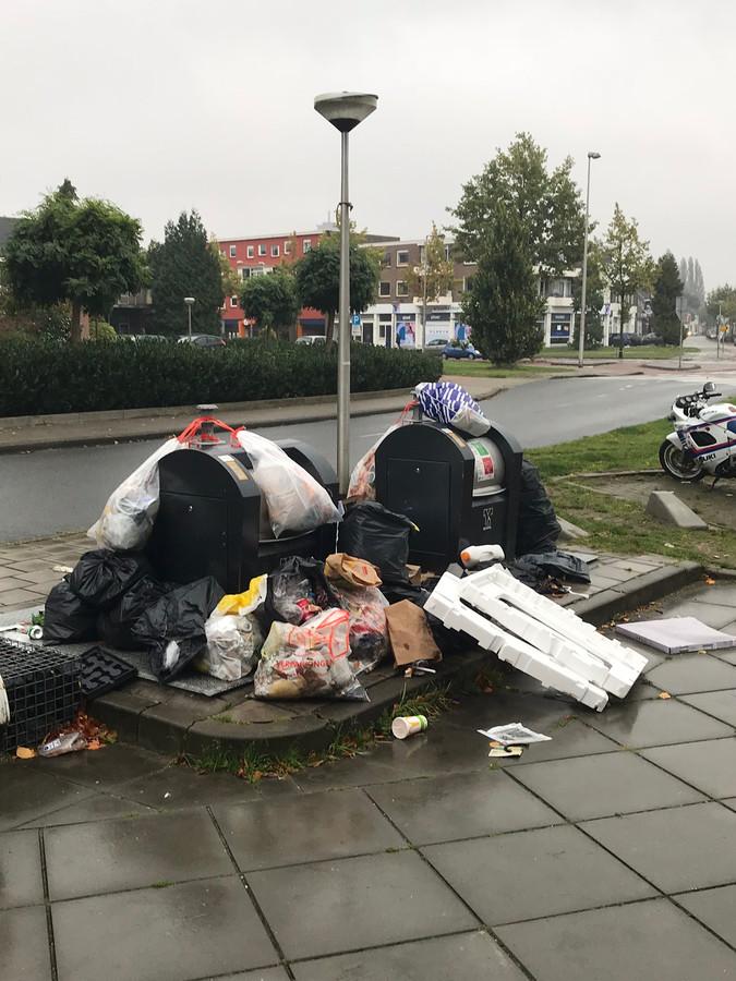 Bijna dagelijks ontvangt de redactie van deze krant foto's van afval bij containers, zoals hier aan de Haaksbergerstraat.