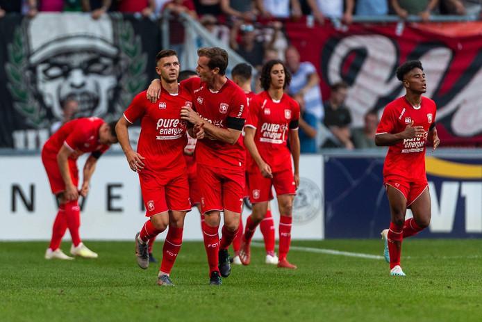 Afgelopen zomer scoorde Alexander Laukart (links) nog voor FC Twente in een oefenwedstrijd tegen Schalke 04.