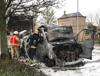 Bestelwagen brandt uit aan AZ West in Veurne, Mechelse bestuurder redt zichzelf