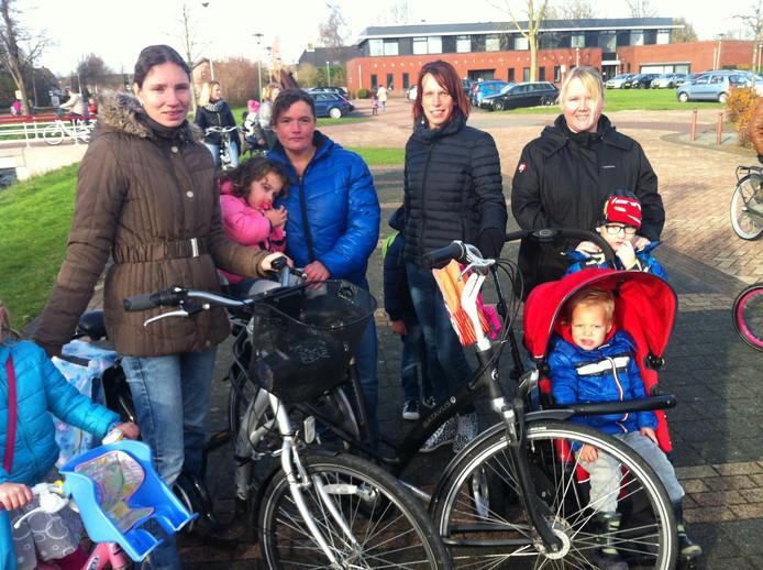 Susanne van Dijk (rechts) en andere moeders van kinderen op De Regenboog houden vertrouwen in de schoolleiding.