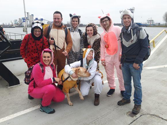 De dierenverzorgers van De Zonnegloed zamelden ook geld in door een wandeltocht te organiseren met hond Pippin.