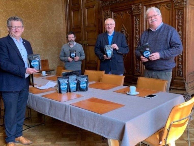 Dirk De fauw (links) en Nico Blontrock (rechts) ontvingen de pakjes koffie van Stéphane Deslypere en Benny Poppe.