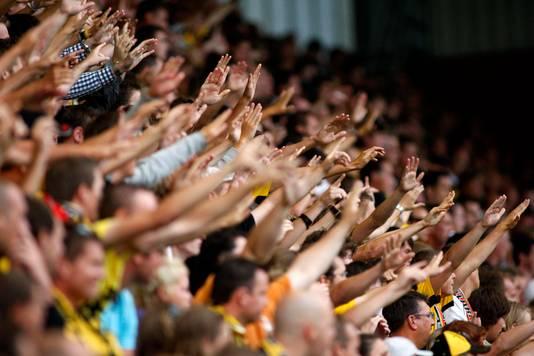 De NAC-supporters staan achter de ploeg tijdens het duel in de Europa League.