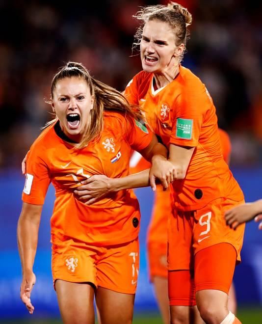 Lieke Martens en Vivianne Miedema juichen na de 2-1.