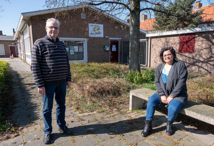 Walter van Beusekom (links) en Francis Latusia bij Het Palet, dat sinds 2001 als wijkcentrum draait met vrijwilligers.