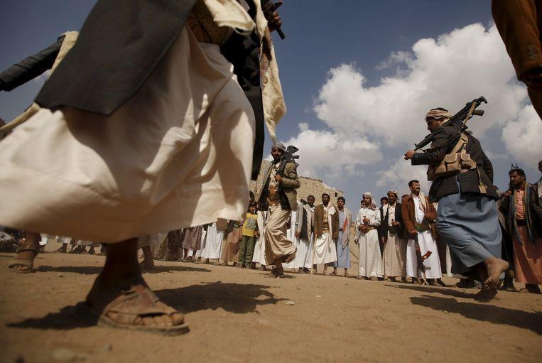 Houthi-rebellen voeren een traditionele dans uit. Beeld reuters