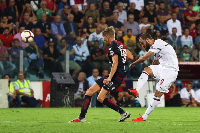 Gonzalo Higuaín haalt uit tegen Cagliari.