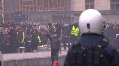 LIVE. Sfeer steeds grimmiger op Schumanplein tijdens 'Mars tegen Marrakech': journaliste VTM Nieuws belaagd, traangas ingezet