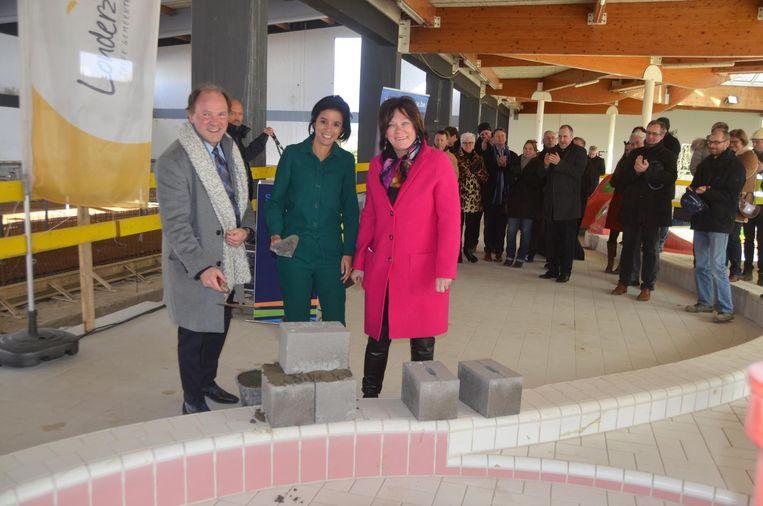 Minister Philippe Muyters komt burgemeester Nadia Sminate en schepen Gerda Verhulst een handje helpen.