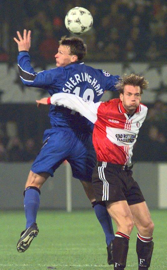Bernard Schuiteman namens Feyenoord in duel met Teddy Sheringham van United.