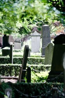 Man (22) opgepakt voor openen kindergraf en diefstal van urnen in Veldhoven