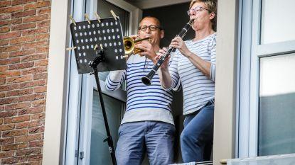 Viviane en Marc krijgen straatconcert op trompet en klarinet voor 50ste huwelijksverjaardag