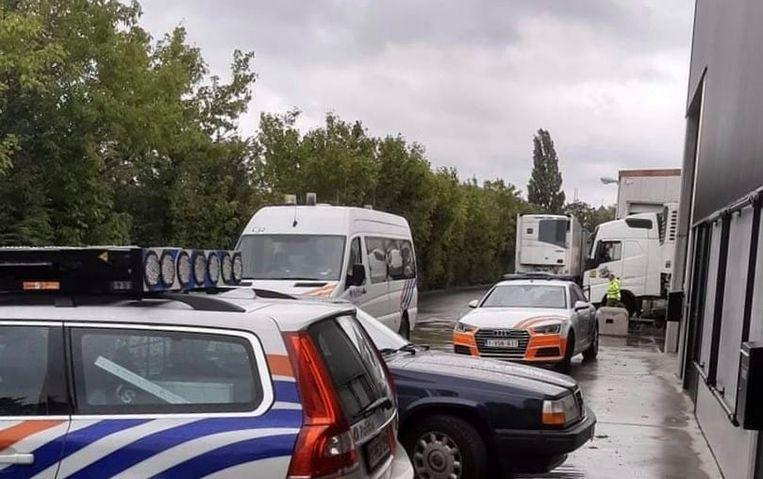 Verschillende politie- en inspectiediensten vielen zaterdagmorgen langs de Nijverheidslaan in Geluwe binnen in de Belgische vestiging van het Litouwse bedrijf RV Transport.