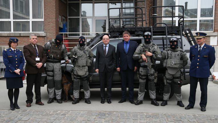 Catherine De Bolle, Commissaris-Generaal van de federale politie (links), Minister van Justitie Koen geens en Minister van Binnenlandse Zaken Jan Jambon (centraal) en hoofd van de Special Units Roland Pacolet (rechts)