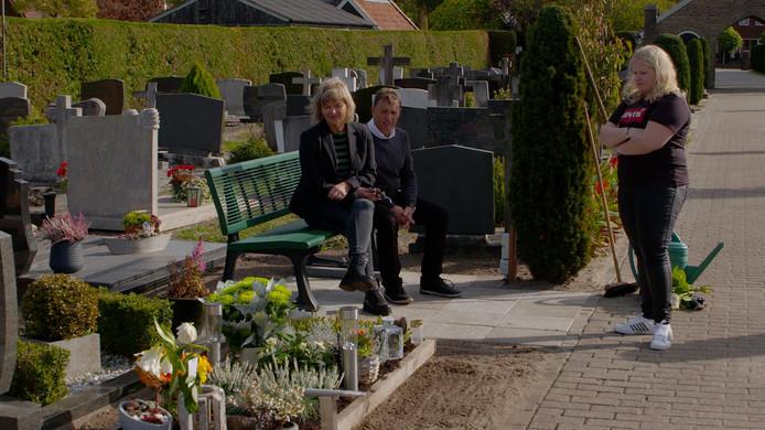 Jos en Trudie Westendorp en tweelingzus Bo bij het graf van Bibi (25).