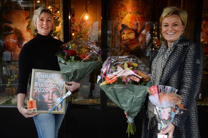 De winnaars van Kunst in de Etalage 2020 met Marion Jansen-Lubbers en kunstenaar Brenda Huuskes.