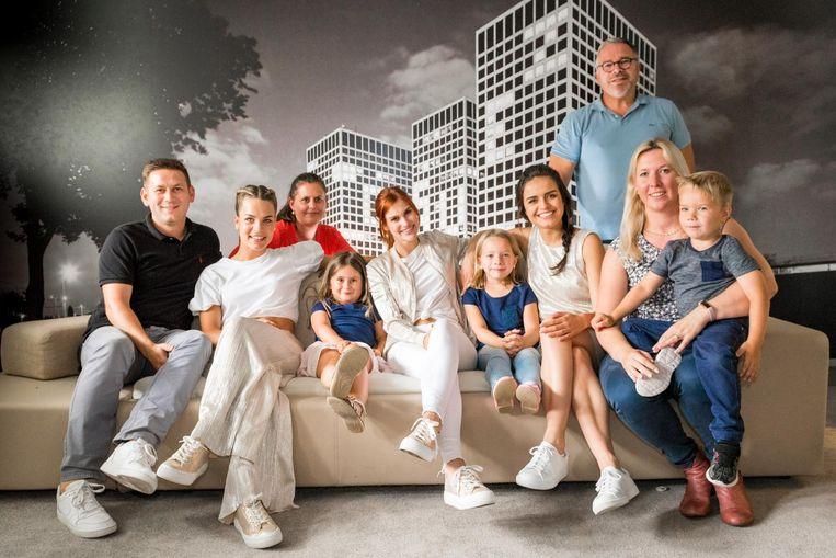 Niki en Ona gingen met het hele gezin op foto met de meisjes van K3.