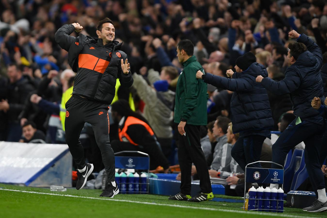 Frank Lampard juicht na een goal van Chelsea tegen Ajax.