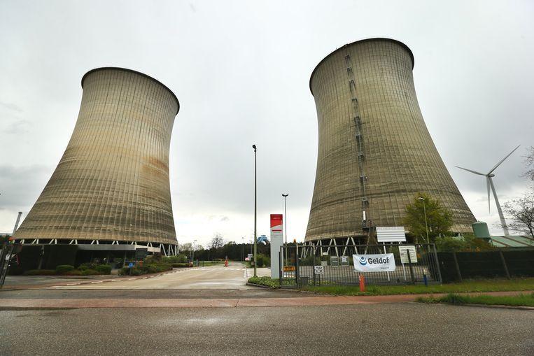 De koeltorens van de energiecentrale van Langerlo.