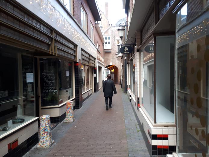 De twee tegenover elkaar gesitueerde winkelruimtes in het midden van 't Gengske worden verbouwd tot woningen.
