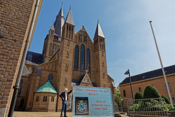 De toren van de St. Laurentiuskerk in de Bredase wijk het Ginneken moet nodig worden gerestaureerd. Hier Rob van Etten met een spandoek waarmee gevraagd wordt de restauratie te steunen.