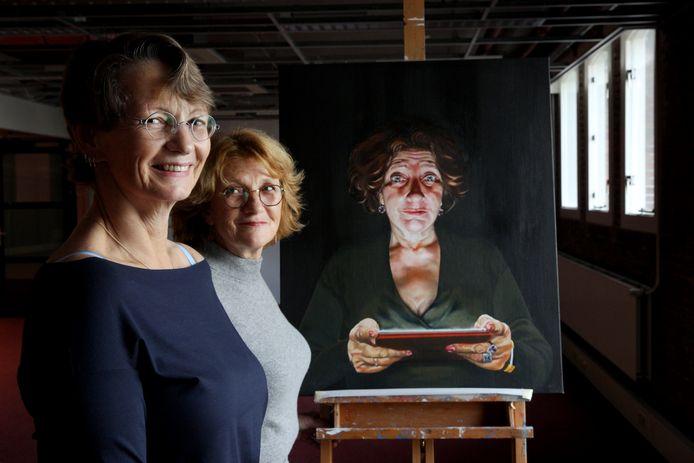 Antoinette Brandenburg (links) en Trudy Schipper organiseerden de Salon des Refusés. In Rotterdam zijn 29 werken te zien.