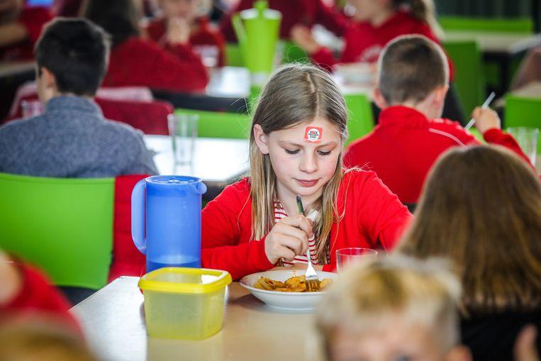 Brugge rode neuzenpasta in de refter van basisschool st Lodewijks Gistelse Steenweg