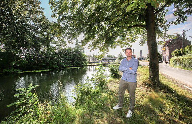Schepen Arne Vandendriessche aan de vaart, waar vanaf volgend jaar mag gezwommen worden.