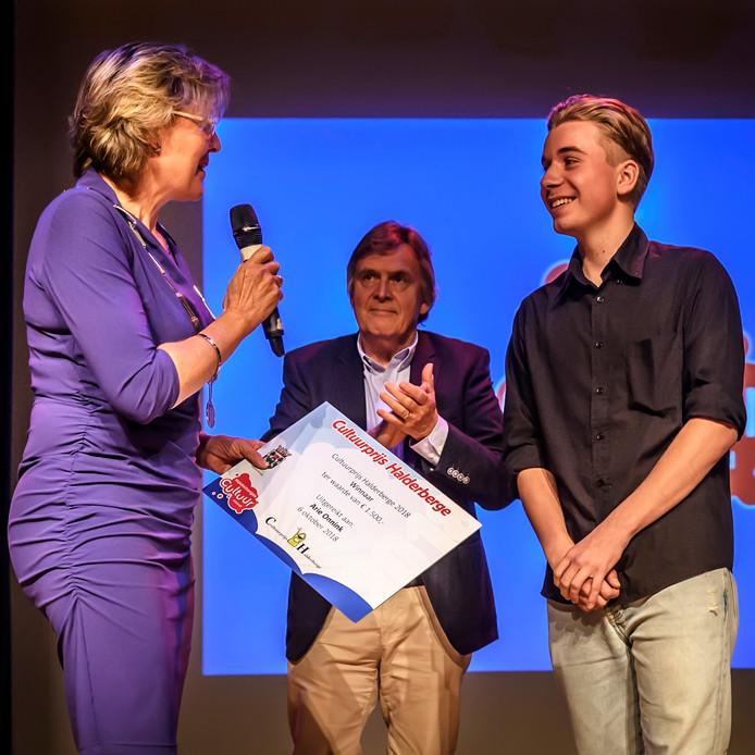 Cultuurprijs Halderberge 2018 is gewonnen door Ari Onnink. Zijn zoon Joep Onnink nam de prijs in ontvangst.